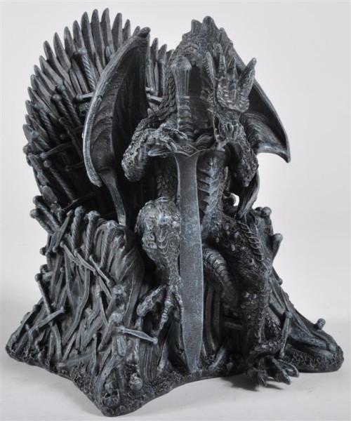 Drache auf Stuhl m.Schwert BB, ca.22,5x19x18 cm